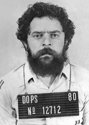 http://imguol.com/c/noticias/6d/2015/09/01/instituto-lula-publica-imagem-de-ex-presidente-preso-pelo-dops-e-diz-sem-uniforme-listrado-de-desenho-animado-1441136591599_300x420.jpg