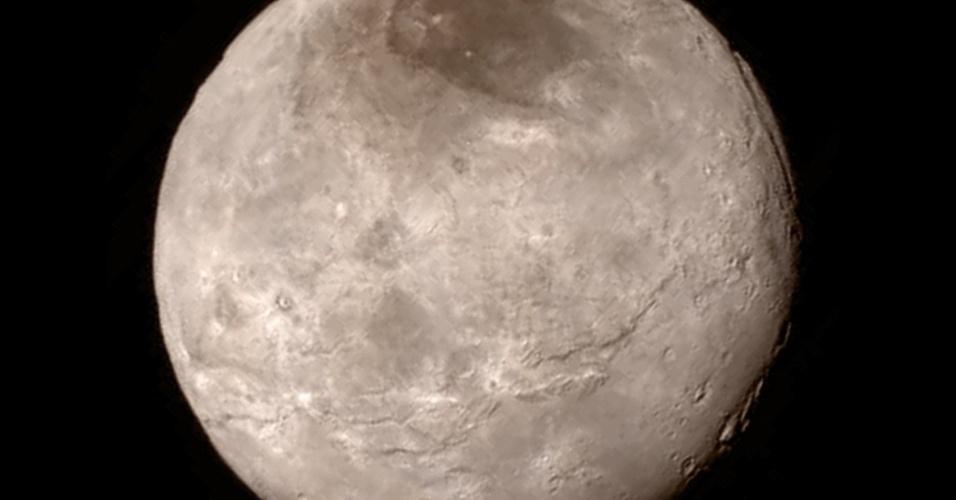 10.set.2015 - Imagem feita pela sonda New Horizons mostra detalhes da maior lua de Plutão, a Caronte, em sobrevoo a uma distância de 466 mil km. A marca escura no polo norte de Caronte ainda é uma incógnita para cientistas, que esperam novas imagens em alta resolução para estudá-la