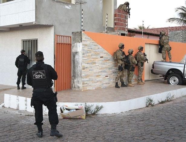 Agentes da Polícia Federal durante operação que desarticulou grupo de extermínio com participação de PMs no Rio Grande do Norte