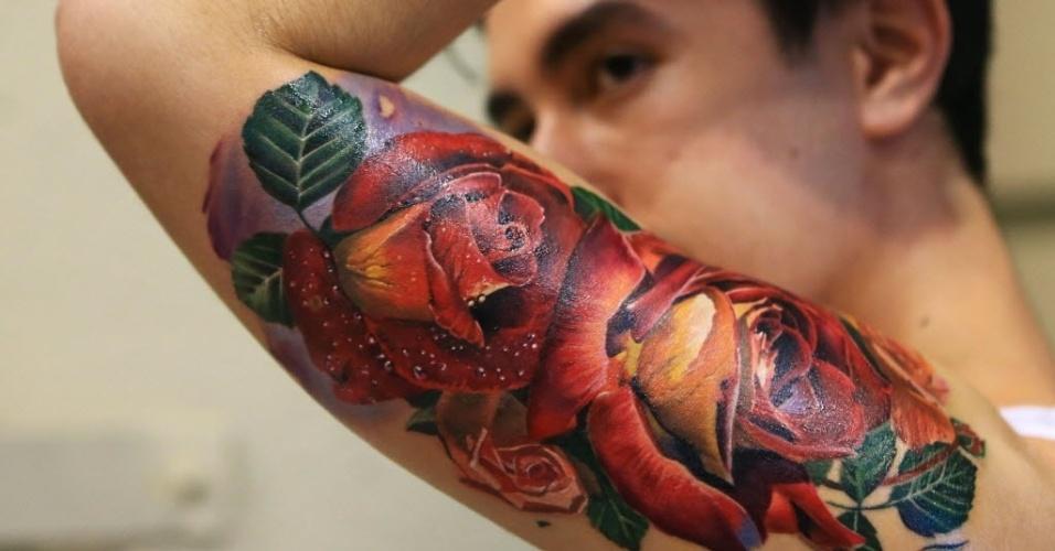 20.jun.2016 ? Um homem exibe sua nova tatuagem de rosas feita durante a Mostra Anual de Tatuagens em Toronto, no Canadá. A feira dura três dias e atrai mais de 400 artistas de todo o mundo
