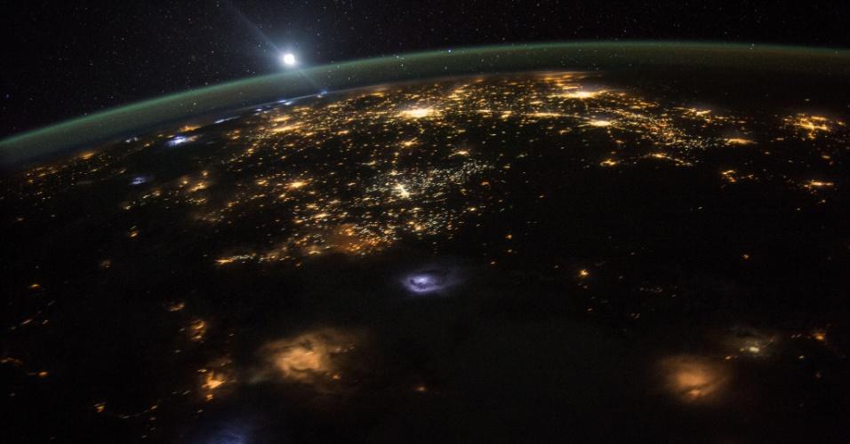 11.ago.2015 - O astronauta da Nasa (Agência Espacial Norte-Americana) Scott Kelly, atualmente em uma missão de um ano na Estação Espacial Internacional, tirou esta fotografia do nascer do sol em 10 de agosto de 2015. A estação espacial e sua tripulação orbita a Terra a uma altitude de 354 km, viajando a uma velocidade de mais de 28 mil km/h. Como a estação completa cada viagem ao redor do globo em cerca de 92 minutos, a equipe presencia 16 amanheceres e entardeceres por dia