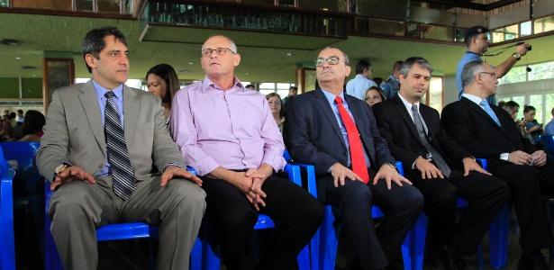 O secretário de segurança do Rio, José Mariano Beltrame (segundo à esquerda) recebeu uma medalha do Instituto Mudando o Final