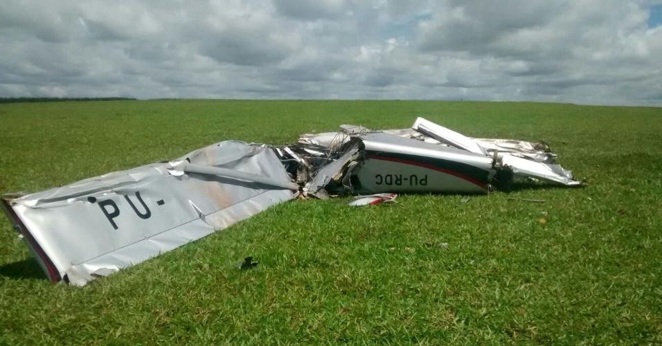 26.fev.2016 - Um monomotor particular caiu em Jaguapitã, no norte do Paraná, a cerca de 60 quilômetros de Londrina, matando duas pessoas. Ele caiu em uma plantação de soja e ainda não se sabe quem pilotava a aeronave nem os motivos da queda