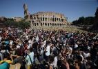 Centenas de pessoas lotam Coliseu em Roma para