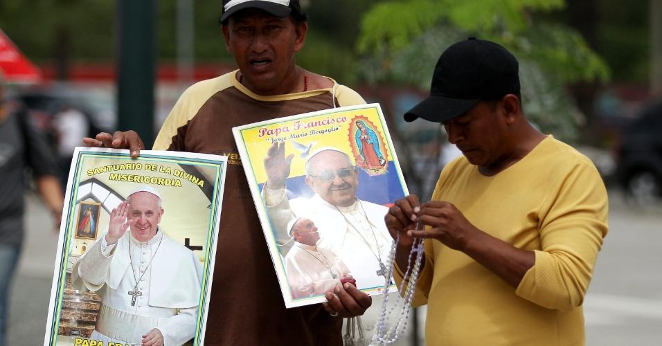 5.jul.2015 - Homem vende cartazes com a imagem do papa Francisco, em Guayaquil, Equador