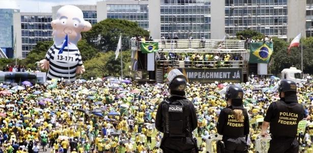 DF: PM faz cordão de segurança para que manifestantes não entrem no Congresso - Evaristo Sá/AFP