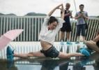 Hora de curtir! Chineses se esbaldam na maior e mais alta ponte de vidro do mundo - AFP