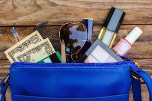 Mulher resolve arrumar bolsa bagunçada... e acha bilhete premiado de R$ 505 mil (Foto: IStock)