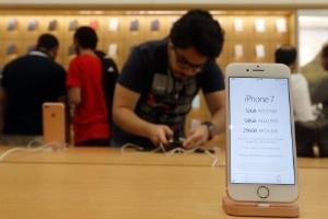 iPhones são vendidos em lojas gringas sem travas antifurto. E no Brasil? (Foto: Karim Sahib/AFP)