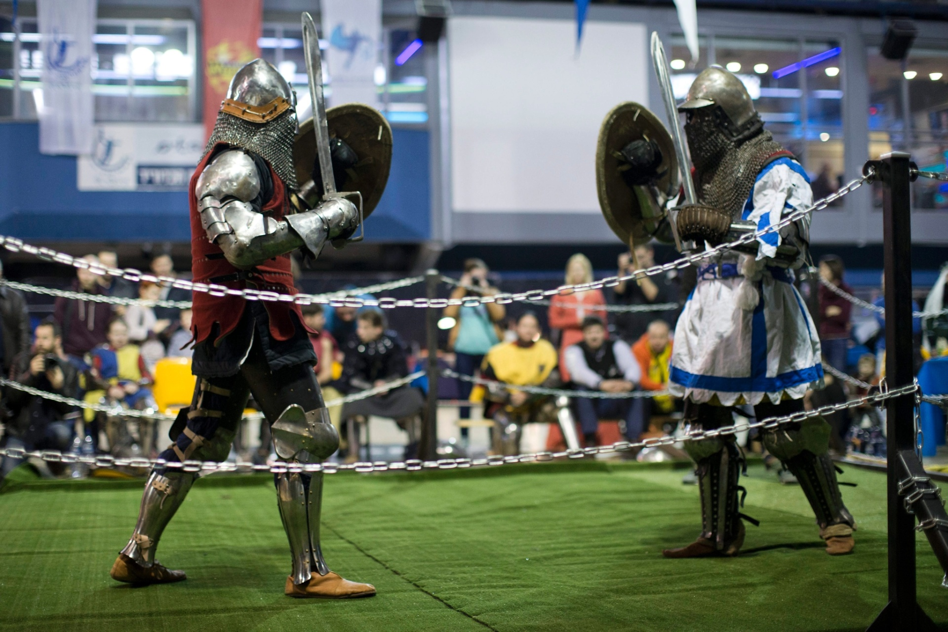 23.jan.2016 - Você já ouviu falar de um Campeonato Mundial de Luta Medieval? Pois é, ele existe. Inclusive, a terceira edição começou neste sábado em Tel Aviv, Israel, com cenas como a desta foto, na qual duas pessoas fantasiadas de cavaleiros se enfrentam em um ringue