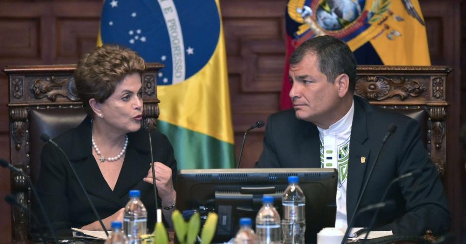 27.jan.2016 - A presidente Dilma Rousseff e seu colega Rafael Correa se reúnem nesta terça-feira (26) na sede da Presidência equatoriana, em Quito