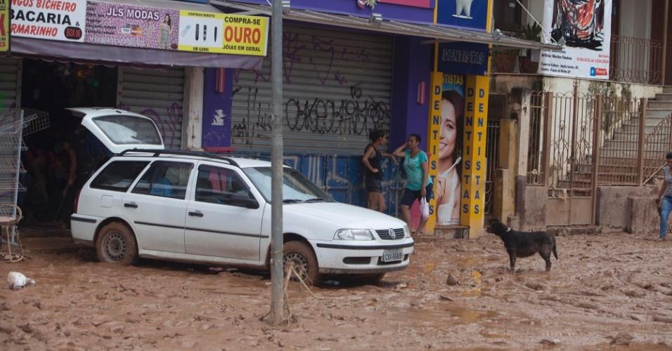 12.mar.2016 - Uma grande quantidade de lama fica em ruas de Franco da Rocha, na Grande São Paulo, após água de alagamento provocado pelas chuvas baixar. Várias vias da cidade ficaram submersas por quase dois dias devido às fortes chuvas e o transbordamento da represa de Paiva Castro, do Sistema Cantareira
