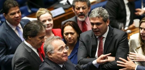 Confusão entre os senadores Gleisi Hoffmann, Lindbergh Farias e o presidente do Senado, Renan Calheiros, durante o segundo dia de julgamento do impeachment