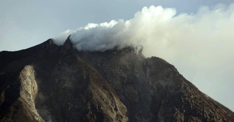 18.jun.2015 - Fumaça e cinzas são expelidas pelo vulcão Sinabung , em Karo, norte de Sumatra, Indonésia