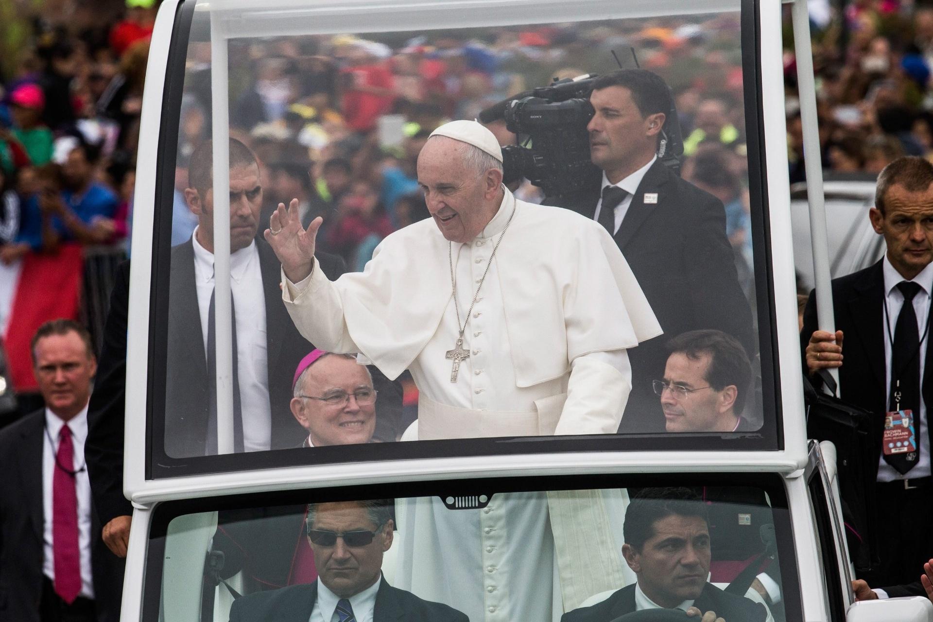 O papa Francisco acena para multidão de Papamóvel a caminho de realizar missa na Benjamin Franklin Parkway, na Filadélfia, nos EUA, neste domingo (27)
