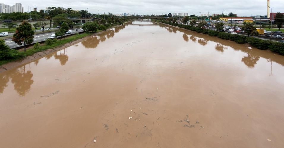 11.mar.2016 - Vista do rio Tietê, na altura da ponte do Tatuapé, na zona leste de São Paulo (SP), na manhã desta sexta-feira (11). O nível do rio subiu após as fortes chuvas. Grande quantidade de sujeira pode ser vista sendo carregada pela correnteza