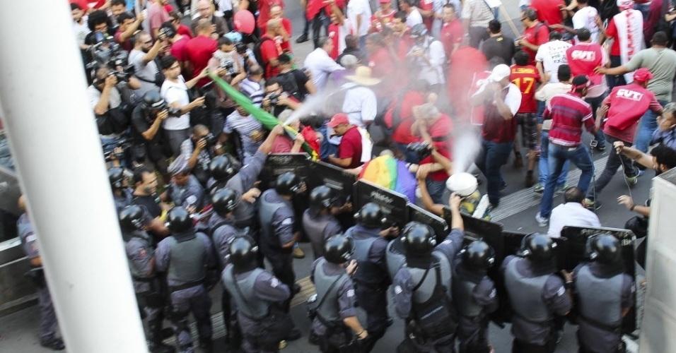 18.mar.2016 - A Tropa de Choque jogou gás de pimenta após pequeno confronto com manifestantes durante protesto a favor do governo da presidente Dilma Rousseff e pela democracia na avenida Paulista, em São Paulo