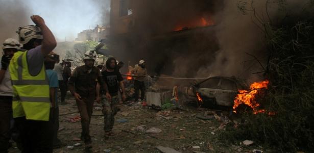 Bombeiros tentam debelar incêndios provocados por bombardeios na cidade de Idibi, na Síria