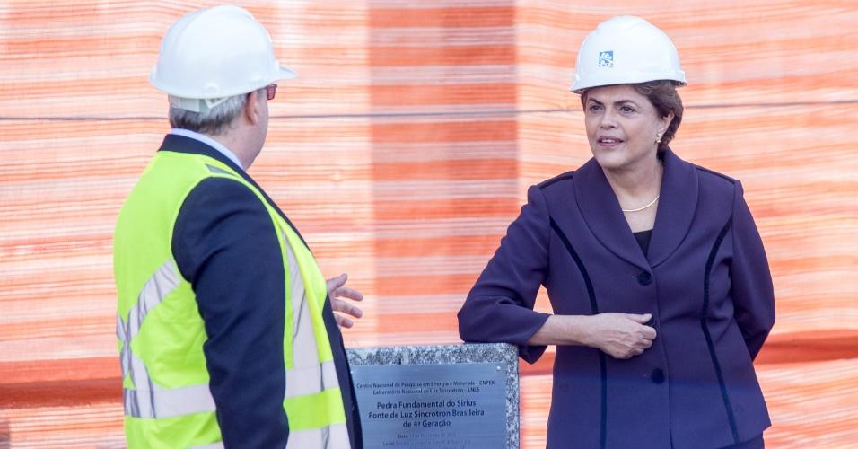 9.jun.2016 - A presidente afastada, Dilma Rousseff, é alvo de selfies de operários das obras do Sirius, novo acelerador de partículas brasileiro que está sendo construído pelo Laboratório Nacional de Luz Sincrotron, em Campinas (SP). Dilma visita a cidade para encontro com cientistas