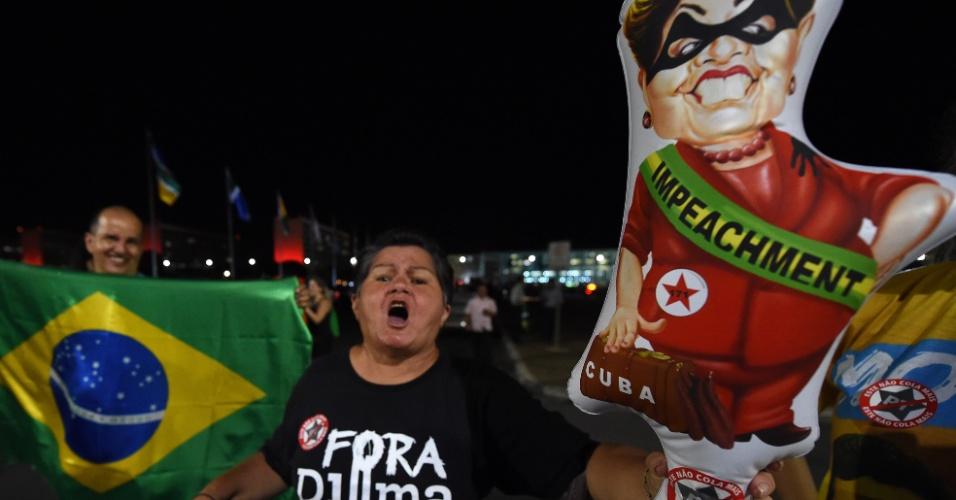 2.dez.2015 - Manifestantes comemoram abertura de processo de impeachment da presidente Dilma Rousseff em frente ao Palácio do Planalto, em Brasília