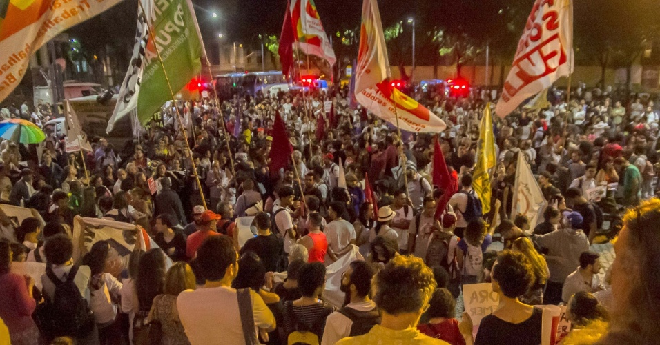 31ago2016---manifestantes-protestam-contra-o-impeachment-da-ex-presidente-dilma-rousseff-no-centro-do-rio-de-janeiro-o-impeachment-foi-aprovado-por-61-votos-a-favor-e-20-contra-1472695129066_956x500.jpg