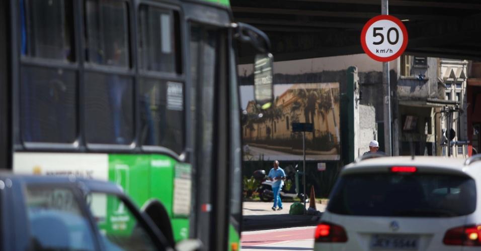 3.ago.2015 - Veículos começaram a trafegar pela avenida São João, no centro de São Paulo, a uma velocidade máxima de 50 km/h. A CET implanta a partir desta segunda (3) a redução de velocidade em vias do centro, que deixa de ser de 60 km/h para 50 km/h. Na av. São João (foto), a medida valerá em ambos os sentidos no trecho entre as avenidas Duque de Caxias e Angélica. Já na General Olímpio da Silveira, a redução acontece em toda a extensão da via, em ambos os sentidos, assim como na Amaral Gurgel