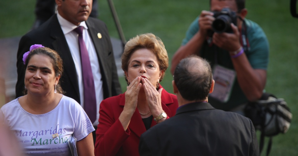 12.ago.2015 - Dilma é recebida a gritos de