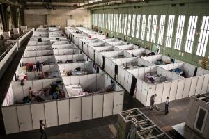 Famoso aeroporto de Berlim se adapta a novo papel: um centro para refugiados (Foto: Gordon Welters/The New York Times)