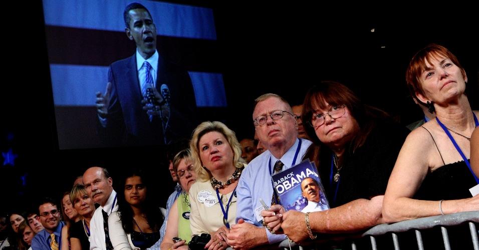 Apoiadores do Partido Democrata acompanham o discurso de Barack Obama durante a campanha presidencial de 2008