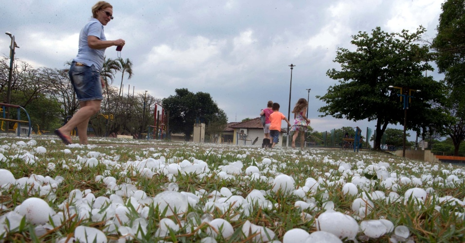 7.set.2015 - Uma chuva de granizo surpreendeu os moradores da cidade de Iguatemi (MS)
