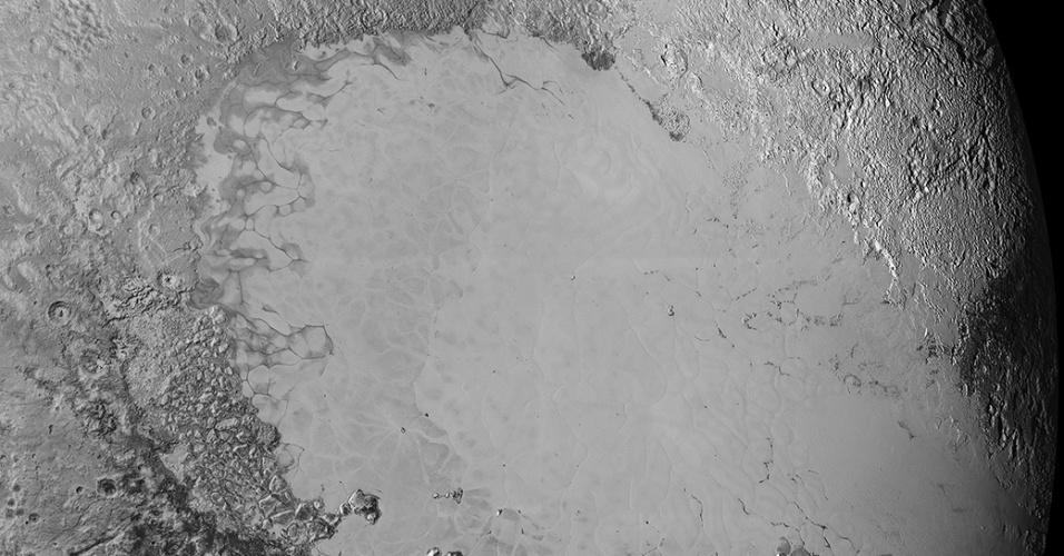 10.set.2015 - Esse mosaico de imagens feitas pela sonda New Horizons mostra planície gelada informalmente chamada de Sputnik Planum. Ela foi feita a uma distancia de 80 mil km no dia 14 de julho, mas divulgada nesta quinta-feira (10)