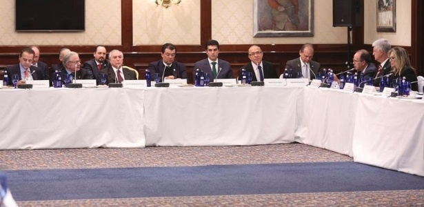 O vice-presidente Michel Temer (terceiro da esquerda para a direita) reúne-se com ministros e empresários em Moscou