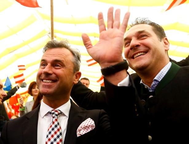 Norbert Hofer (esquerda) e Heinz-Christian Strache, do FPÖ, Partido da Liberdade Austríaca, de extrema-direita, em Linz, na Áustria