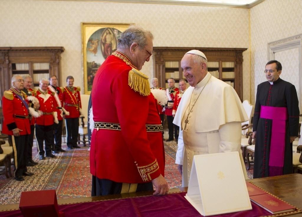 25.jun.2015 - Papa Francisco fala com o grão-mestre da Ordem Soberana de Malta, Fra 'Matthew Festing, durante uma audiência privada na biblioteca do Vaticano