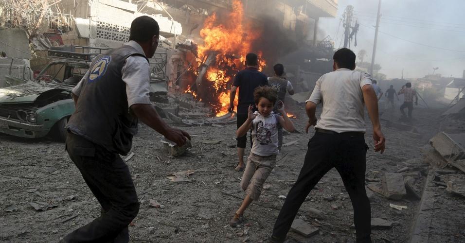 14.ago.2015 - Garoto corre de local onde houve um ataque aéreo realizado por forças leais ao presidente sírio, Bashar al-Assad, em Douma, Damasco