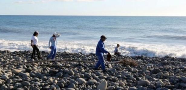 Voluntários procuram destroços em praia na ilha de Reunião