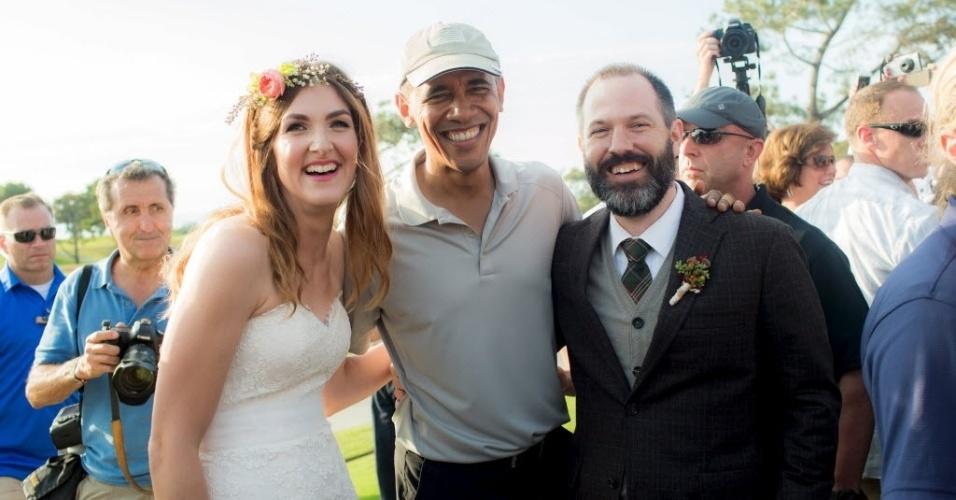 13.out.2015 - O presidente dos Estados Unidos, Barack Obama, apareceu de surpresa em um casamento no clube de golfe em San Diego, Califórnia, no domingo (11). Os noivos Brian e Stephanie Tobe estavam com a cerimônia pronta quando viram o presidente no local e o convidaram para o evento