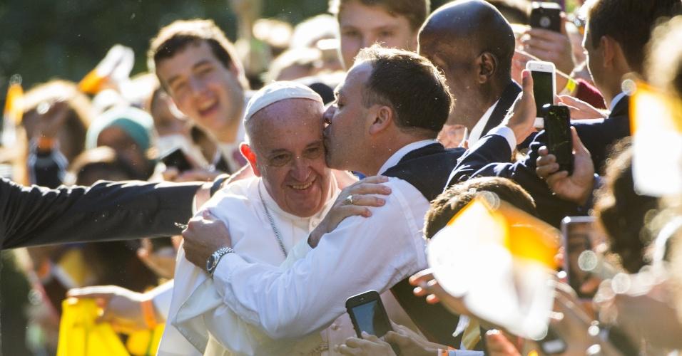 23.set.2015 - Papa Francisco recebe beijo de simpatizante que se juntou a multidão que esperava pelo pontífice em Washington, nos Estados Unidos. O papa será recebido pelo presidente norte-americano, Barack Obama, na Casa Branca