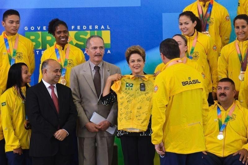 27.out.2015 - A presidente Dilma Rousseff prestou na manhã desta terça-feira (27), em Brasília, uma homenagem aos atletas militares que conquistaram o segundo lugar na 6ª edição dos Jogos Mundiais Militares na Coreia do Sul. Ao lado dela estava o ministro da Defesa, Aldo Rebelo.