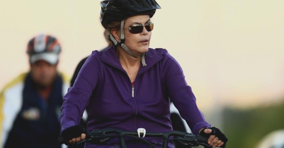 15.abr.2016 - A presidente Dilma Rousseff anda de bicicleta na manhã de sexta-feira (15), nos arredores do Palácio do Alvorada, em Brasília (DF), enquanto sua permanência no cargo começa a ser debatida pelo plenário da Câmara dos Deputados