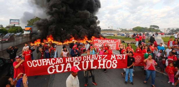Integrantes do MTST realizam protesto na rodovia Presidente Dutra, em Guarulhos