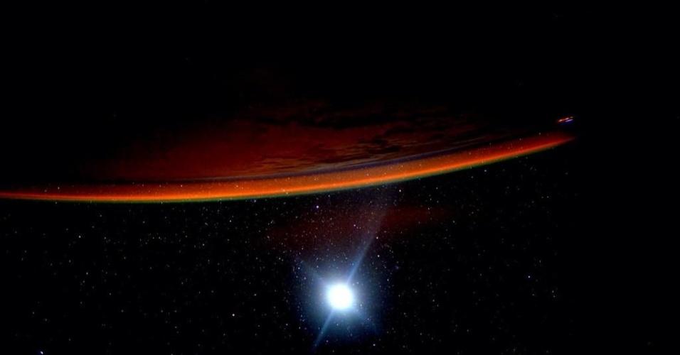 """11.ago.2015 - """"Dia 136. Eu costumo imaginar Marte, especialmente quando a Terra tem essa aparência. Boa noite da ISS"""", postou o astronauta da Nasa Scott Kelly, a bordo da ISS (Agência Espacial Internacional, sigla em inglês) postou na sua conta no Twitter"""