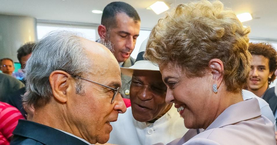 31.mar.2016 - A presidente Dilma conversa com os atores Osmar Prado e Antonio Pitanga durante encontro com artistas e intelectuais em defesa da democracia
