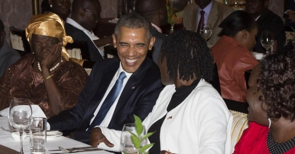 24.jul.2015 - Presidente dos Estados Unidos, Barack Obama, reúne-se com sua família queniana, em um hotel em Nairóbi, capital do país, logo após sua chegada. Ao seu lado esquerdo está a mulher de seu avô, Mama Sarah e ao lado direito sua meia irmã Auma Obama. Esta é a primeira visita ao país como presidente dos EUA. Durante a semana de visitas, ele tratará de assuntos dos direitos humanos, democracia, luta contra o terrorismo e assuntos econômicos