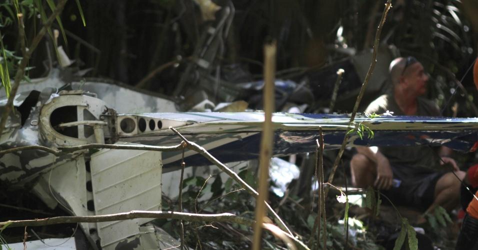 2.jul.2016 - Bombeiros, policiais e paramédicos trabalham no local onde um avião monomotor caiu no início da tarde deste sábado (2), no bairro do Curió Utinga, em Belém. Quatro pessoas morreram. A aeronave do tipo Cessna, de prefixo PT-DJH, decolou do Aeroclube do Pará com cinco ocupantes que participavam de um curso de paraquedismo. Segundo testemunhas, um dos passageiros conseguiu saltar antes da aeronave cair, mas o piloto Ronaldo Olímpio Oliveira, o instrutor de paraquedismo Douglas Dourado e os passageiros Reginaldo Pinheiro e sua filha Lara Pinheiro, não resistiram à queda e morreram no local