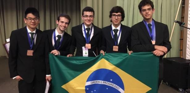 A equipe brasileira: Vitor Daisuke Tamae, Victor Hugo Miranda Pinto, Matheus Camacho, Pedro Lopes e Lucas Vilanova
