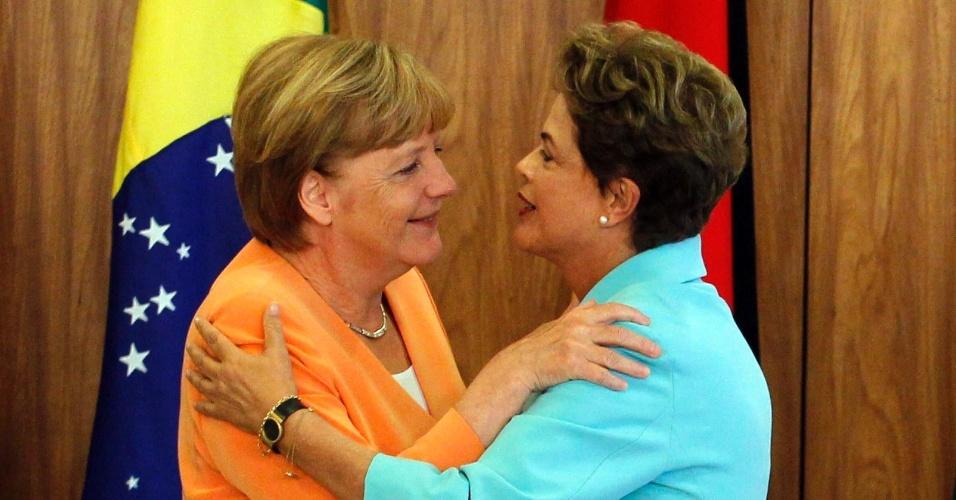 20.ago.2015 - A revelação de que Dilma e Merkel foram monitoradas pela NSA - Agência de Segurança Nacional dos EUA - aproximou os dois países na área de segurança da internet. Desde 2013, duas propostas conjuntas de resolução sobre o tema foram apresentadas à ONU solicitando que a organização promovesse o direito à privacidade na internet em todos os países. Adotadas por consenso, resultaram na criação de uma relatoria especial para supervisionar a evolução do tema