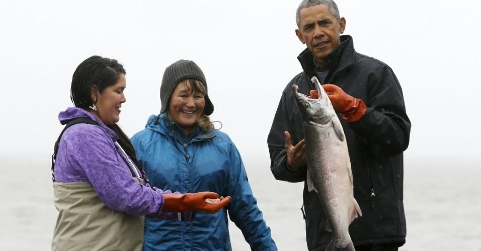 2.set.2015 - O presidente dos Estados Unidos, Barack Obama, conversa com pescadoras na praia de Kanakanak em Dilingham, no Alasca, a região conta com a maior pescaria de salmão-vermelho do mundo.Obama está viajando pelo Estado americano para chamar a atenção do mundo para os danos causados na região com as mudanças climáticas