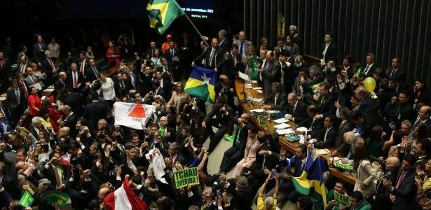 Deputados comemoram aprovação do impeachment de Dilma na Câmara