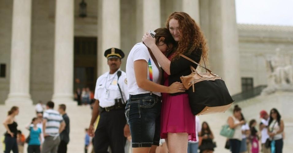 26.jun.2015 - Ariel Cronig (à esquerda) e Elaine Cleary se abraçam em frente à Suprema Corte dos Estados Unidos, em Washington D.C, após decisão de legalizar o casamento entre pessoas do mesmo sexo em todo o país